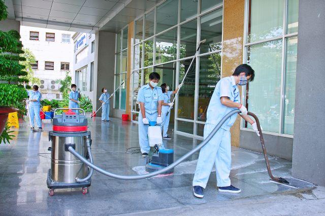 Thuê đội vệ sinh công nghiệp cửa kính