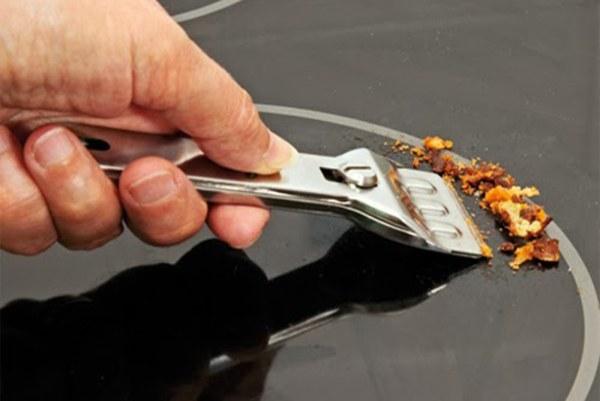 Vệ sinh kính bằng dao chuyên dụng