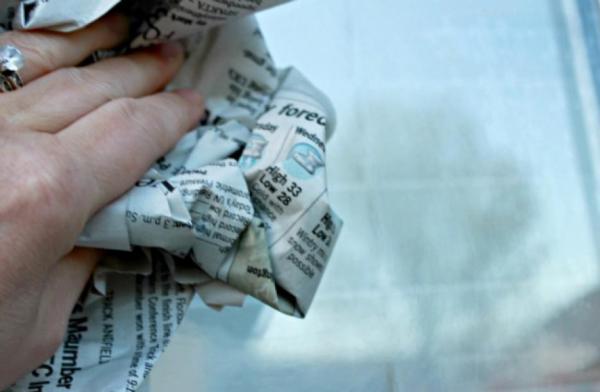Vệ sinh kính bằng giấy báo