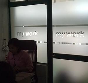Thi công giấy dán kính mờ tại công ty mywwork